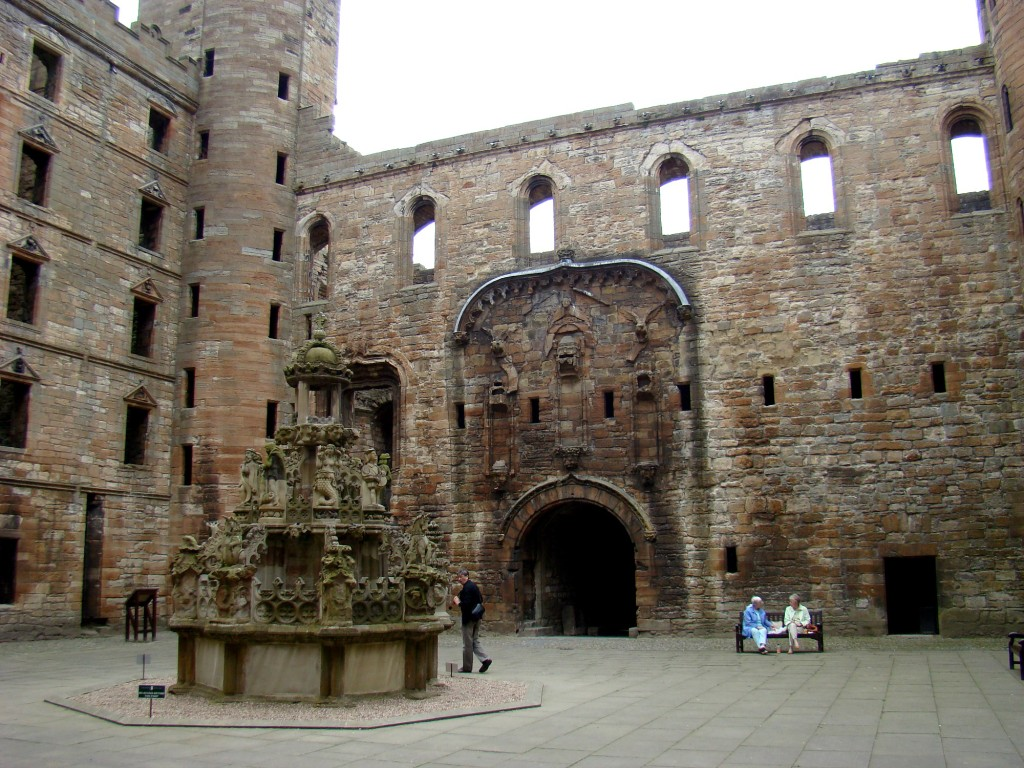 Linlithgow Palace courtyard / Melody Moser